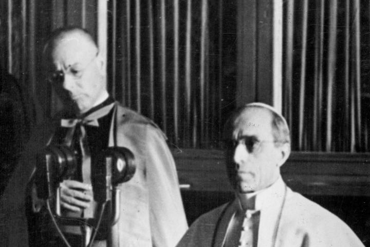 The Pope appeals for peace via radio, 4.9.1943, photo no. 148746, copyright CegeSoma/State Archives.