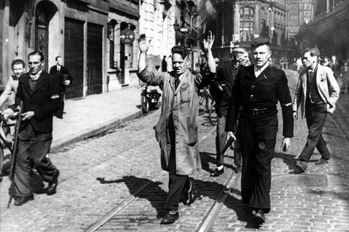 Antwerpen. Aanhouding van collaborateurs in de Pelikaanstraat 4/9/1944. Foto nr 28.403, voorbehouden rechten CegeSoma/Rijksarchief.