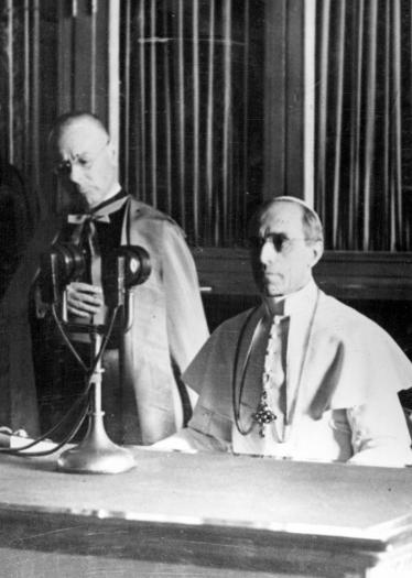 Le Pape  lance un appel en faveur de la paix via la radio, 4.9.1943, photo n° 148746, Droits réservés CegeSoma/Archives de l'Etat.